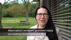 V areálu Technologického parku Brno se před pandemií pohybovalo až kolem sedmi tisíc zaměstnanců firem. Do kanceláří se zatím vracejí pracovníci těch menších. Novinkou jsou lehátka pro práci venku, přibudou i altány.
