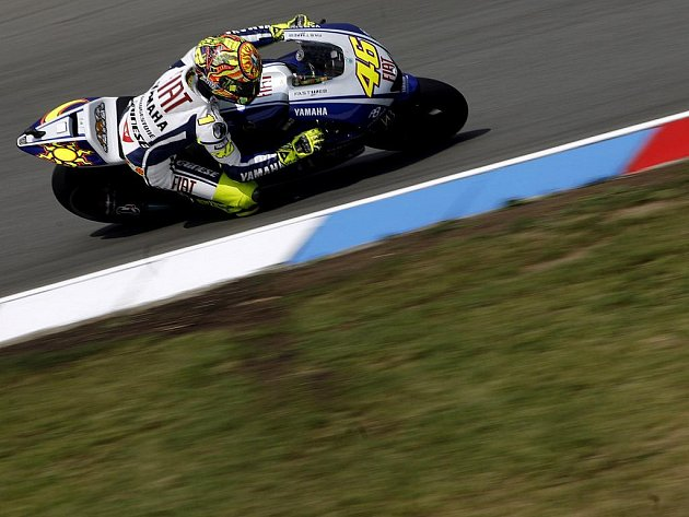Italský jezdec Valentino Rossi odstartuje z prvního místa.
