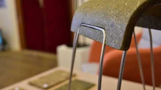 Ján Forgáč získal hlavní cenu za židli ze sena. Jeho nábytek šetří životní prostředí.