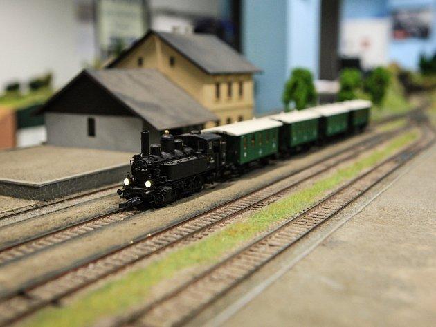 Vypiplané modely vlaků z druhé poloviny dvacátého století uvidí lidé v expozici reálná jihomoravská nádraží. Výstavu železničních modelů zahájil ve čtvrtek Klub modelářů železnic Brno v prostorách Mendelovy univerzity.