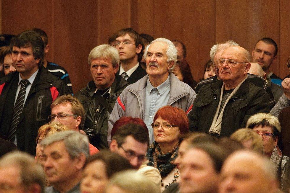 Na debatu s prezidentem Zemanem přišly ve Slavkově u Brna stovky lidí.