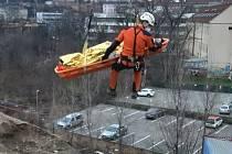 Transport zraněného dělníka v brněnské Trnité ulici.