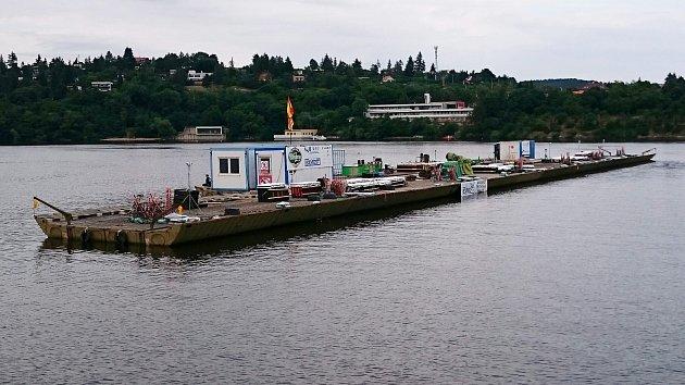 Španělský ponton vsobotu odpoledne na přehradě.