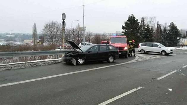 Po poledni se v Brně střetla dvě auta. Zraněného mladého muže odvezli záchranáři