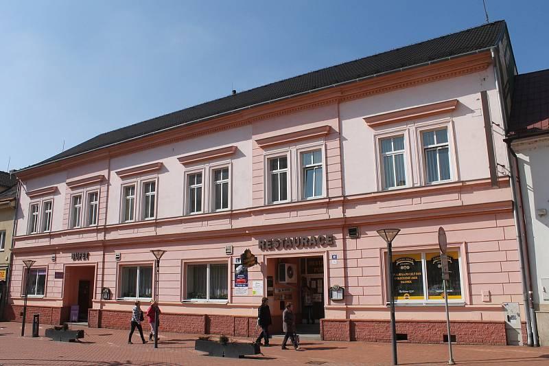 BLANSKO. Okresní sekretariát KSČ fungoval až do léta roku 1961 v bývalém hotelu Ježek v centru Blanska. V Rožmitálově ulici č. 40. Stěhování do nových prostor probíhalo od srpna do září. Dnes je v těchto místech vyhlášená restaurace Punkva (na snímku).