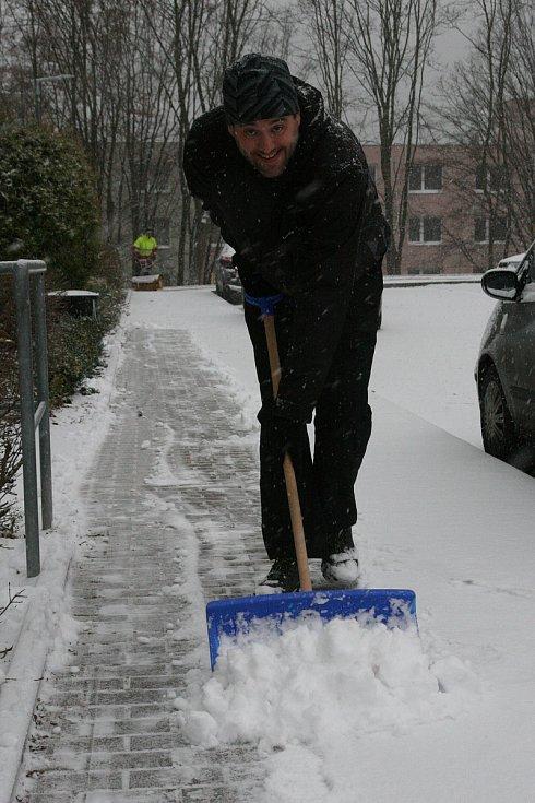 Ve čtvrtek ráno se lidé na Blanensku probudili do bílého. První sněhový poprašek udělal radost hlavně dětem. Méně nadšení už z něj byli motoristé. Na snímcích zasněžené ulice v Adamově.
