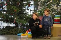 Děti vyráběly za pomoci rodičů vánoční lampičky a přání pro dříve narozené ze Zbýšova a domova seniorů v Zastávce. Ilustrační snímek.