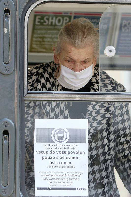 Brno po vyhlášení zákazu pohybu venku bez ochrany úst a nosu.