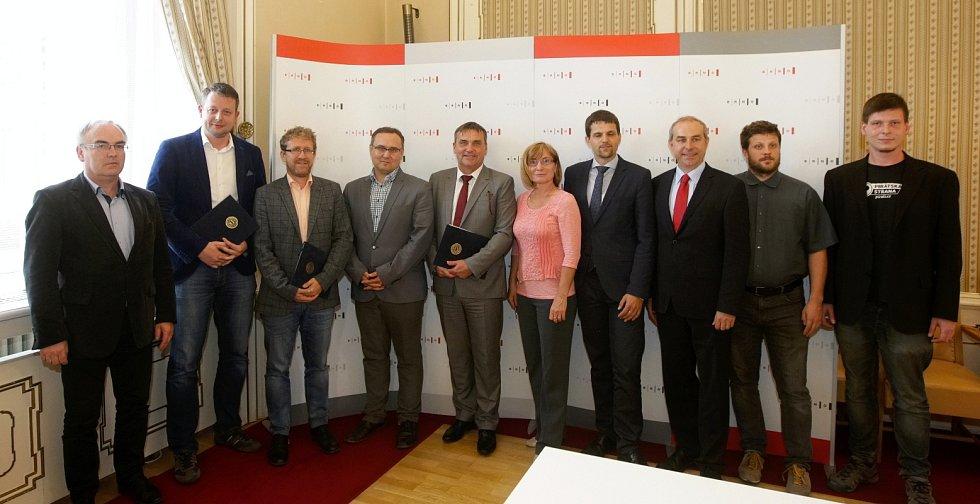 Podpis koaliční smlouvy v Brně. Náměstky zůstávají Richard Mrázek (ANO), Matěj Hollan (Žít Brno) a Martin Ander (SZ), prvním je lidovec Petr Hladíka jako pátý přibyl Jaroslav Kacer (TOP 09).