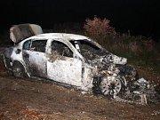 Zapálené stříbrné BMW, které srazilo chodce v brněnské Fryčajově ulici. Řidiče už policie zdržela.