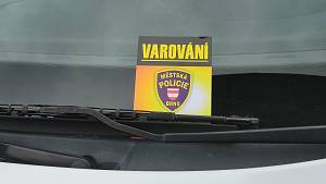 Auto na slunci: ve chvíli smrtící klec. Strážníci upozorňují lístky za stěrači