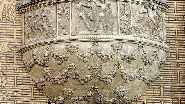 Dům pánů z Lipé - detail kamených reliéfů.