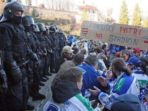 Při jarním semifinále první ligy se na boleslavský stadion nedostali skoro žádní fanoušci Komety. Proto venku protestovali.