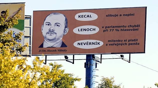 Billboard stojící u dálnice D1 se nelíbí hejtmanovi Michalu Haškovi.
