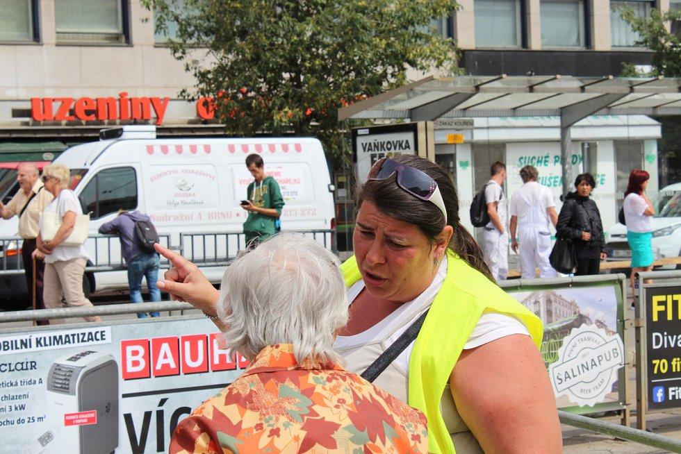 Nepříliš zábavnou orientační hru zažívají cestující na hlavním vlakovém nádraží v Brně. Najít cestu od vlaku k tramvaji jim ztěžuje oprava nástupišť. Od pondělí lidem přibude nová úroveň obtížnosti. Dělníci totiž rozkopou další nástupiště.