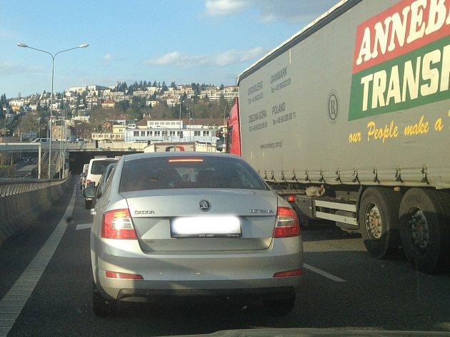 Nehoda dvou osobních aut zkomplikovala po páté hodině odpoledne dopravu v Žabovřeské ulici ve směru od Pisárek. Místo je průjezdné jen částečně a tvoří se kolony.