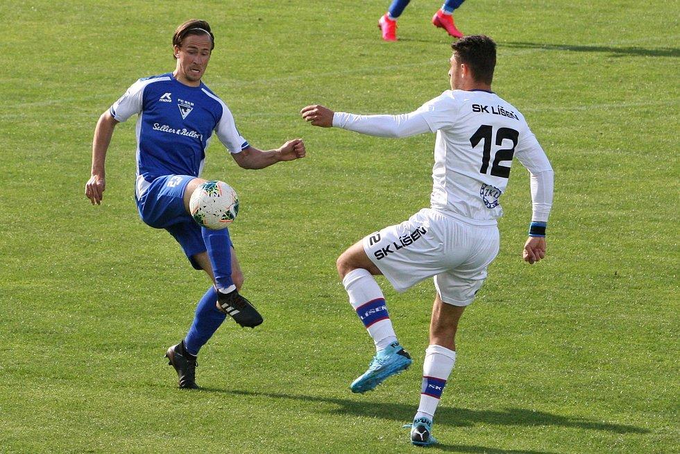 Brno 26.5.2020 - domácí SK Líšeň v bílém (Jakub Kučera) proti FC Sellier Bellot Vlašim (Filip Blecha)