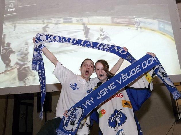 Desítky fandů, kteří nedoprovázeli svoji milovanou hokejovou Kometu na cestě za vítězstvím do Prahy, se v sobotu sešly na Mendlově náměstí v areálu pivovarské restaurace.