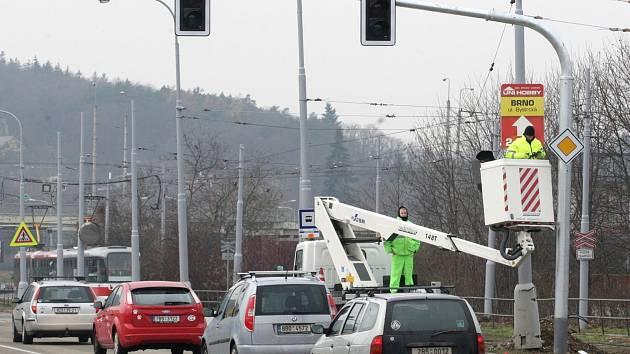 Na brněnských silnicích bude od příštího týdne o něco bezpečněji. Pomůžou nové semafory. V křižovatce Veslařské a Kníničské ulice u komínské vozovny se poprvé rozsvítí v pondělí.