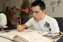 Duševně postižení se věnují výtvarnému umění na mezinárodním workshopu Umění pro každého.