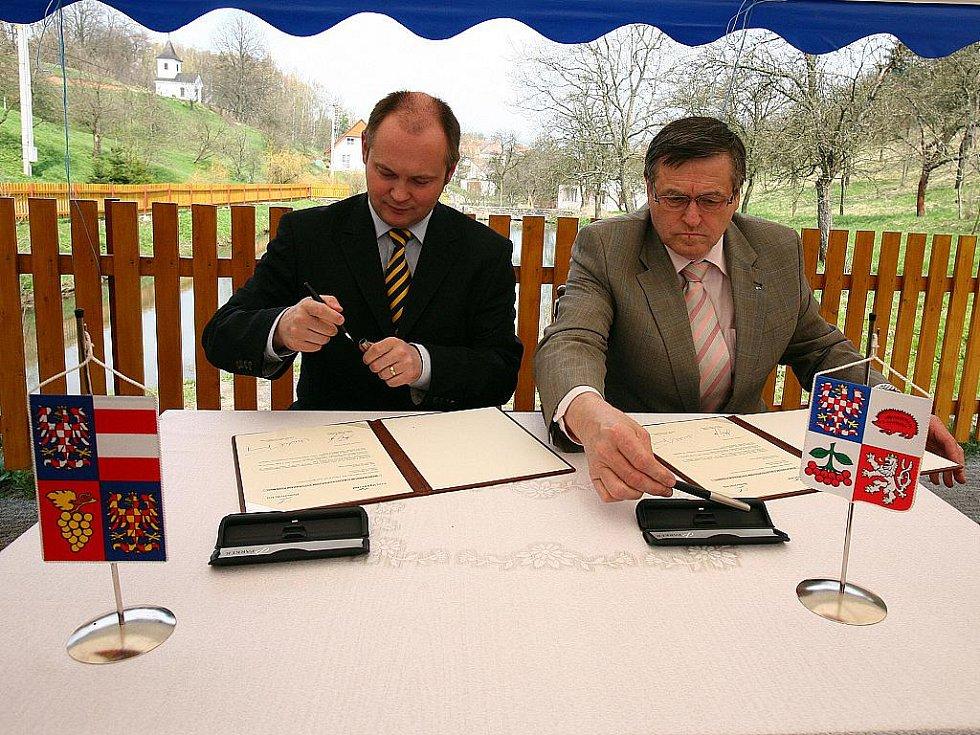 Hejtman Jihomoravského kraje Michal Hašek a hejtman kraje Vysočina Jiří Běhounek při podpisu memoranda.