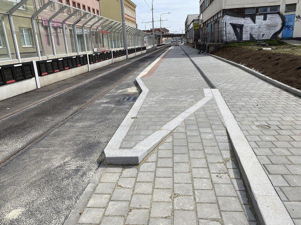 Nový nájezd pro cyklisty přes zastávku MHD v Plotní ulici směrem na Komárov.