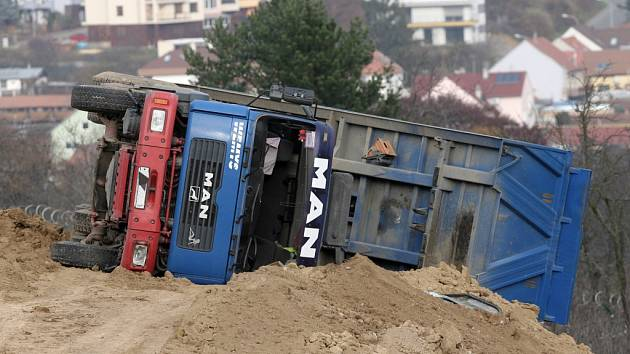 Převrácené nákladní auto v Purkyňově ulici v brněnských Medlánkách.