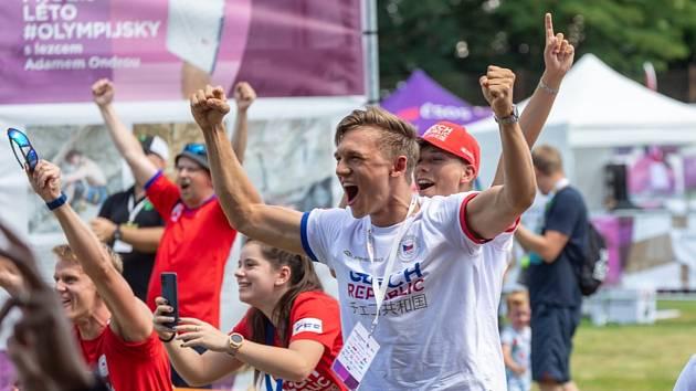Šermíř Marek Totušek, jak sleduje výkon svého kamaráda Alexandera Choupenitche na olympijském festivalu v Brně. Foto: Radek Miča