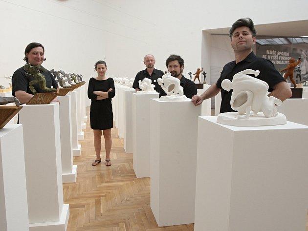 Výstava Dech pětičlenné umělecké skupiny Rafani odkazuje k základním principům.