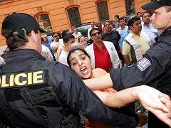 Olašské rodiny se hádají před soudní budovou.