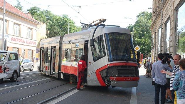 Tramvaj vykolejila v úterý dopoledne po srážce s dodávkou v ulici Milady Horákové v centru Brna.