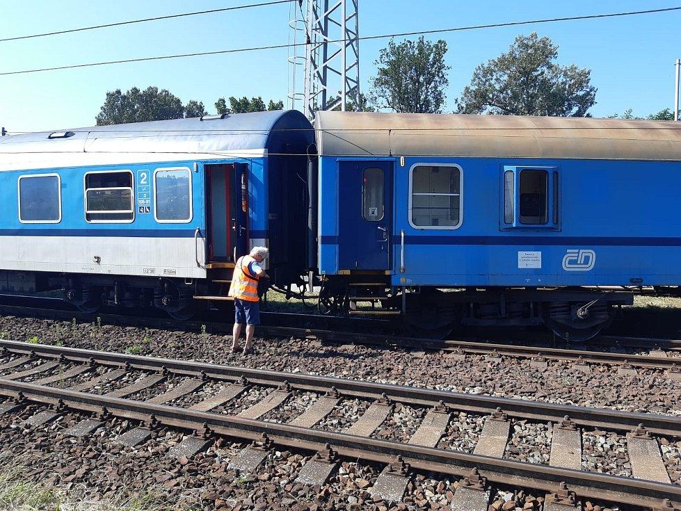 Rychlík směřující z Havlíčkova Brodu ve čtvrtek ráno ve stanici Tišnov na Brněnsku vykolejil.