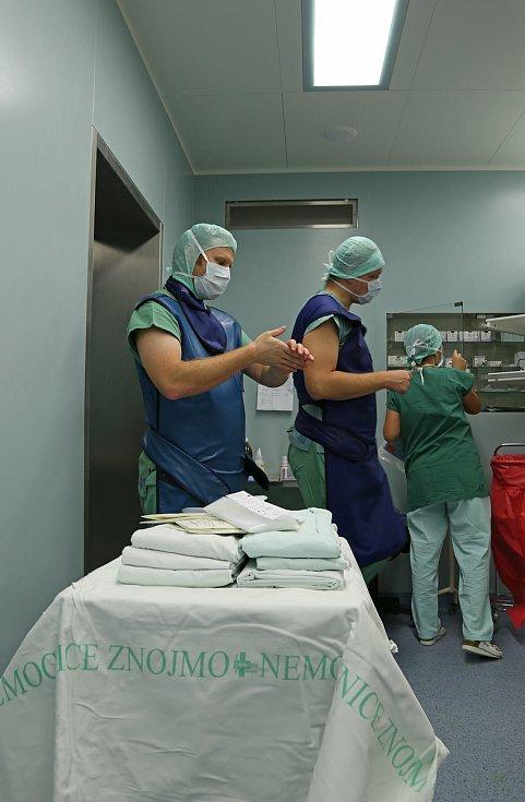 Příprava na operaci ve znojemské nemocnici.