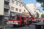 K požáru bytového domu na brněnském Rostislavově náměstí vyjeli v pátek hasiči. Dům začal hořet kolem desáté hodiny dopoledne. V jednu chvíli hasiče zaměstnala i hadice, která nečekaně vyletěla z hydrantu.