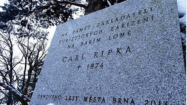 Snímek číslo jedna. Obnovená deska s původním nápisem CARL RIPKA 1874.