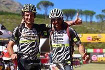 Jihomoravský biker Ondřej Fojtík (vlevo) si s parťákem Josem Silvou dojel pro stříbro v závodě Cape Epic v JAR.