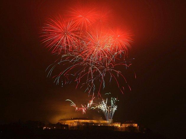 Novoroční ohňostroj nad brněnským Špilberkem.