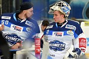 HC Kometa Brno v bílém (Karel Vejmelka a Lukáš Dostál) proti HC Energie Karlovy Vary.