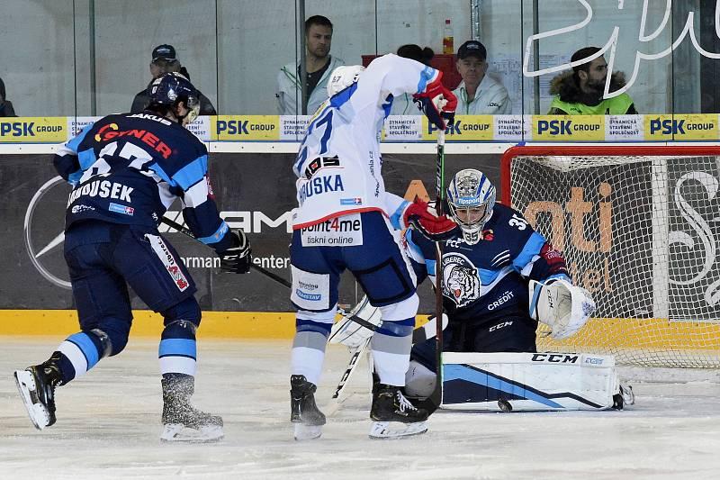 Domácí HC Kometa Brno v bílem (Jan Hruška) proti Bílým Tygrům Liberec (35 Roman Will)