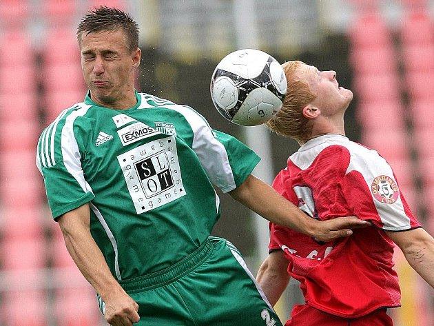 TĚSNÁ VÝHRA. Derby mezi juniorkou 1:FC Brno (v červeném) a Bystrcí vyšlo lépe brněnské rezervě, která zvítězila 1:0.