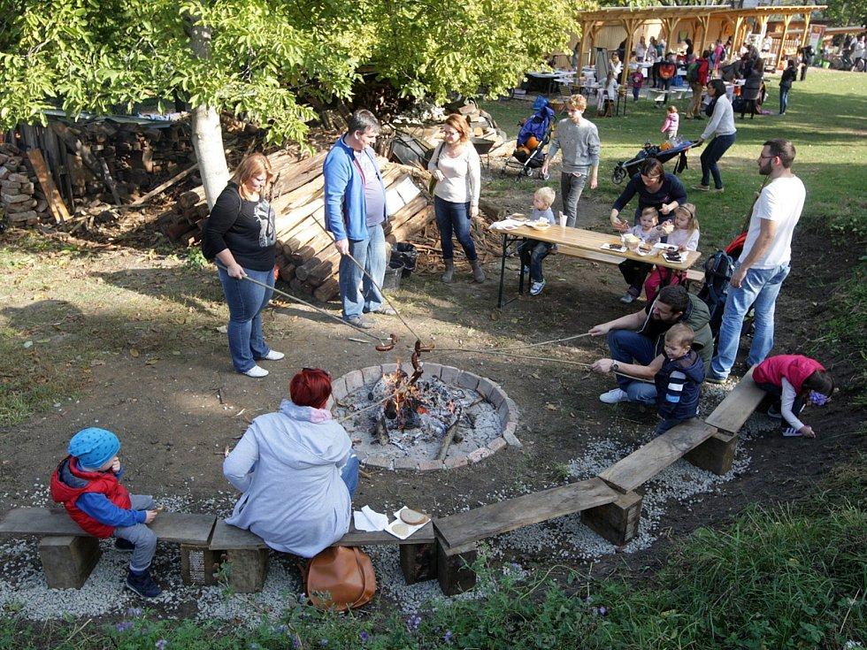 Stovky lidí zaplnily v neděli po poledni Otevřenou zahradu v Údolní ulici. Sešly se tam na slavnosti dýní, jež pořádala Nadace partnerství.