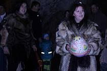 Děti se vydaly na velikonoční prohlídku jeskyně s neandrtálci.