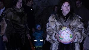 Děti slavily Velikonoce v jeskyni. Provázeli je neandrtálci
