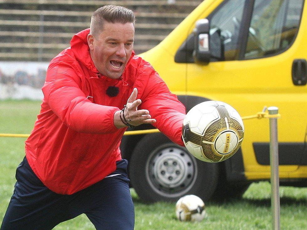Fotbalové legendy brněnské Zbrojovky při natáčení klipu projektu PŘIHRAJ na stadionu za Lužánkami.