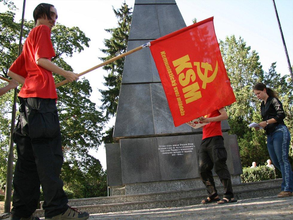 Protest proti odstranění srpu a kladiva z památníku Rudé armády v Králově Poli, které na své náklady nechal odstranit místostarosta René Pelán, připravili brněnští mladí komunisté.