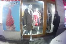 Figurína v kabátu za tisíce zůstala na chodníku před uzamčeným obchodem.