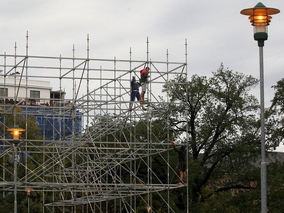 Rozebírání makety Německého domu na brněnském Moravském náměstí.