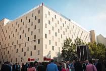 Město a Brněnské komunikace v pondělí slavnostně otevřely nový parkovací dům. Své místo v něm najde 361 aut a deset motorek. V nejvyšším patře budovy zaparkují i auta na plyn.