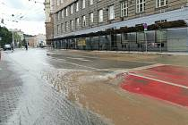 Na Žerotínově náměstí v centru Brna praskl vodovod.