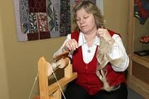 Členky sdružení Cuchanina předváděly tradiční zpracování lnu a vlny. Ukázaly různé techniky ručních prací, jako například paličkování, háčkování, pletení, předení nebo vyšívání.